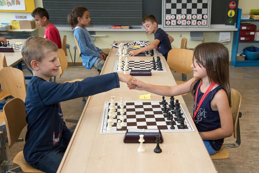 Die Kinder scheinen Spass am Schach zu haben!