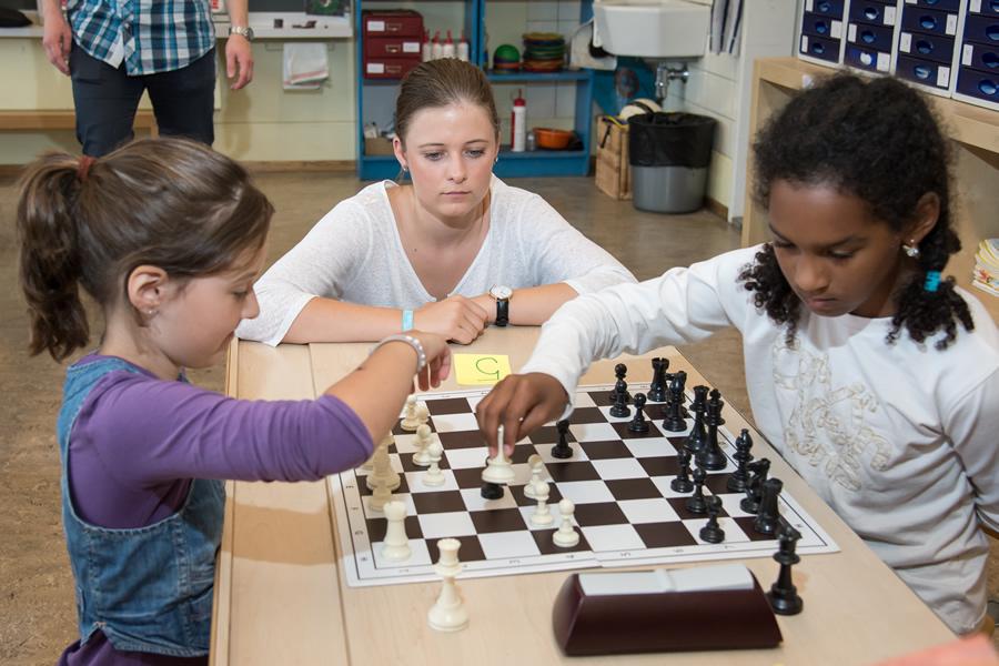 Schachlehrerin bei der Arbeit